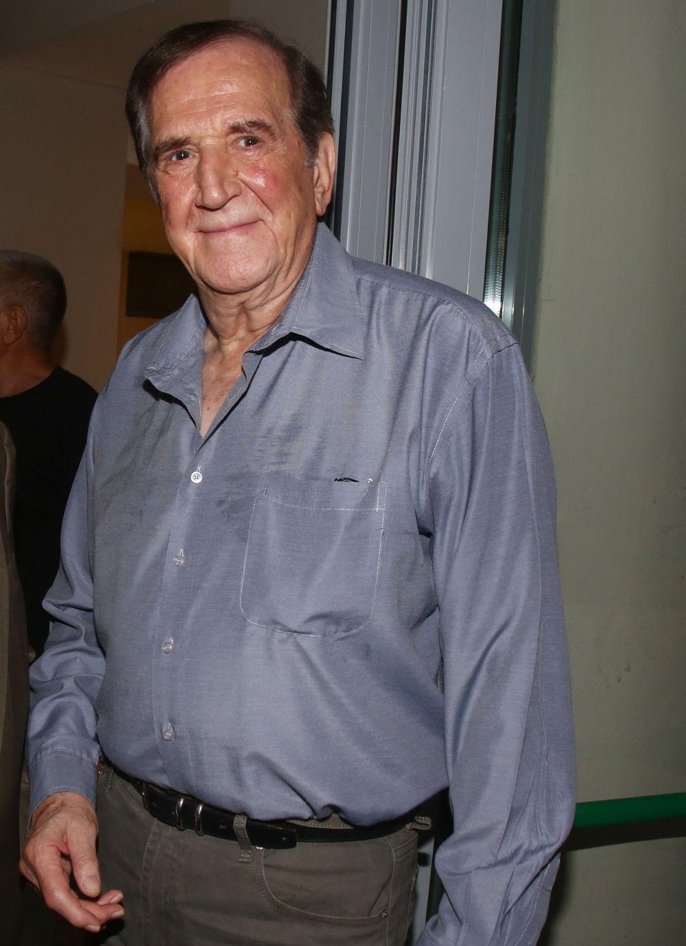 Ο ηθοποιός Γιώργος Κωνσταντίνου με μπλε πουκάμισο σε πρόσφατη δημόσια εμφάνισή του