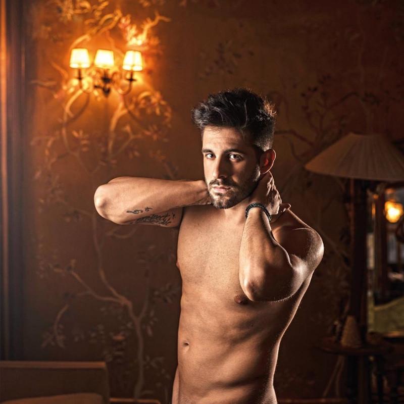 Ο τραγουδιστής Γιώργος Λιβάνης γυμνός