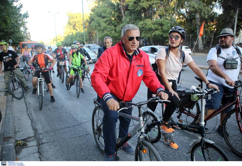 Ο Γιώργος Πατούλης πάνω σε ποδήλατο