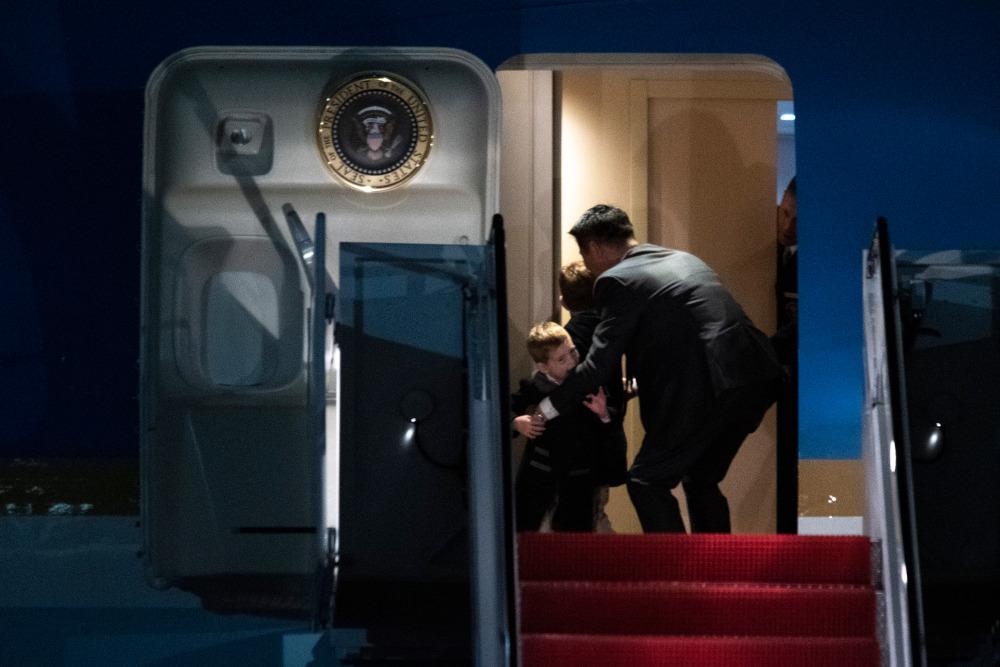 Ο γιος της Ιβάνκα Τραμπ μάλιστα,δάγκωσε τον μυστικό πράκτορα που τον εμπόδισε να βγει από το αεροπλάνο χωρίς γονική επιτήρηση/Φωτογραφία: AP