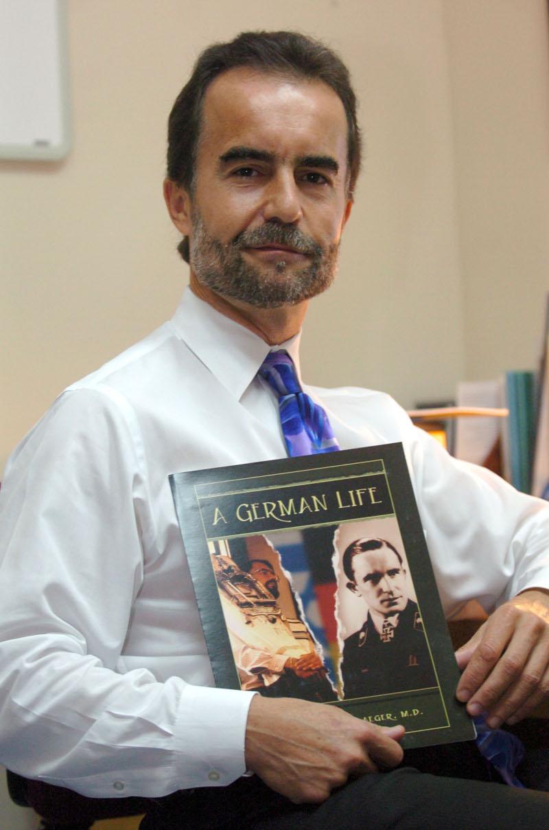 Ο Bernd Wollschlaeger με το βιβλίο του «A German Life»