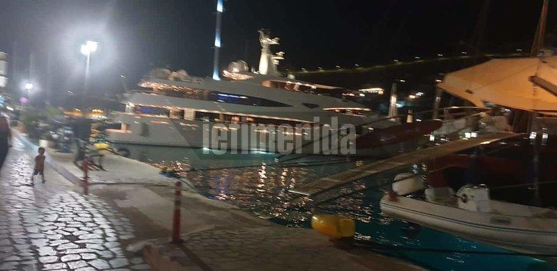Πολυτελές γιοτ στο λιμάνι της Σύμης