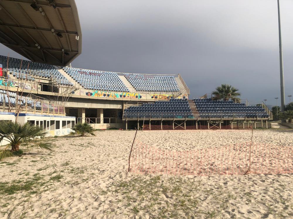 Σίδερα, δίχτυα και χόρτα στο κεντρικό γήπεδο