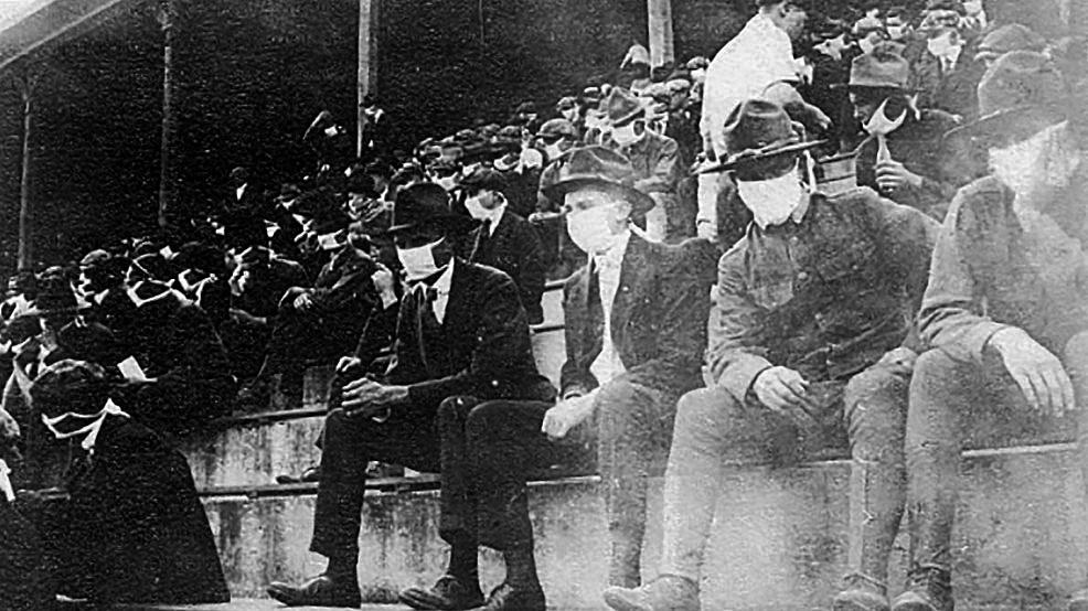 Θεατές με μάσκες σε ποδοσφαιρικό αγώνα στις ΗΠΑ.1918.