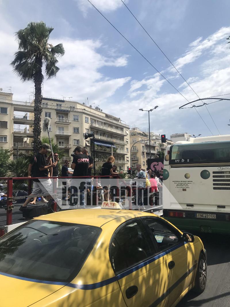 Αυτοκίνητα, ταξί και λεωφορεία παρακολουθούσαν αποσβολωμένα τη φωτογράφηση του GNTM