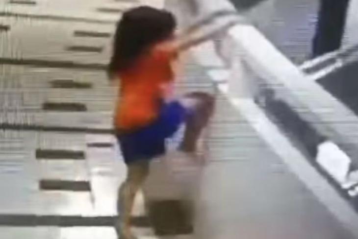 Η στιγμή που το κοριτσάκι σκαρφαλώνει στο μπαλκόνι του 11 ορόφου