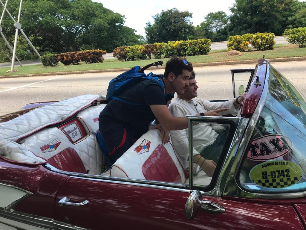 Χρήστος και Παντελής οδηγούν καμπριολέ ρετρό αυτοκίνητο στην Κούβα