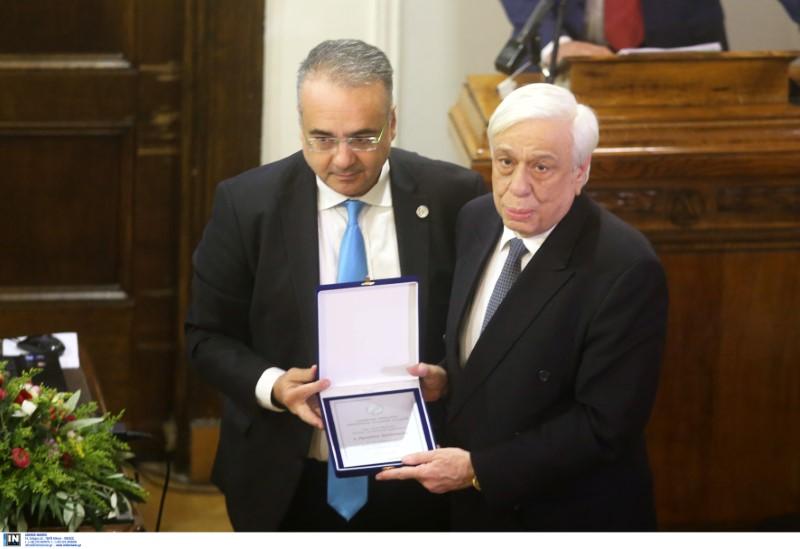 Ο Δ. Βερβεσός παραδίδει τιμητική πλακέτα στον Πρ. Παυλόπουλο