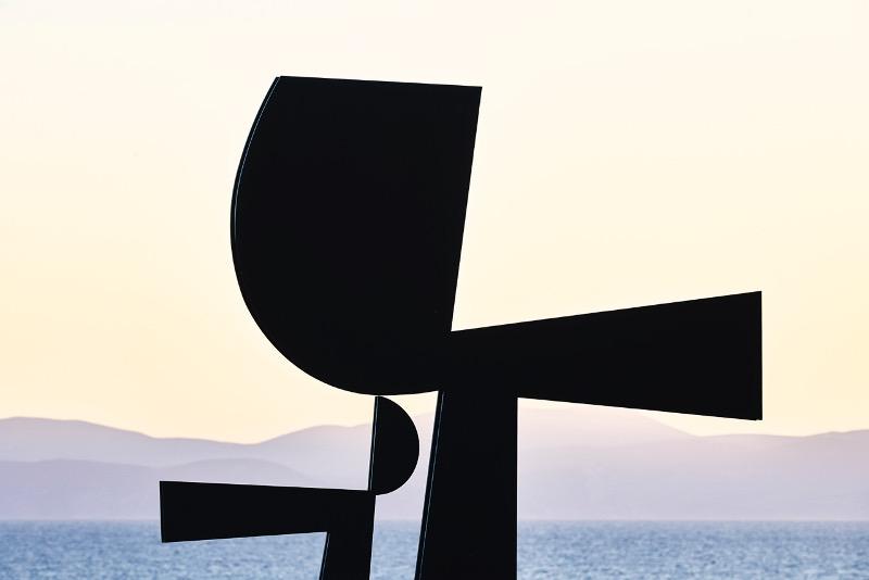 Το γλυπτό του Γιάννη Μόραλη, «Αίγινα» (2004), στην μόνιμη θέση του στο ομώνυμο νησί (φωτογραφία Laurent Fabre).