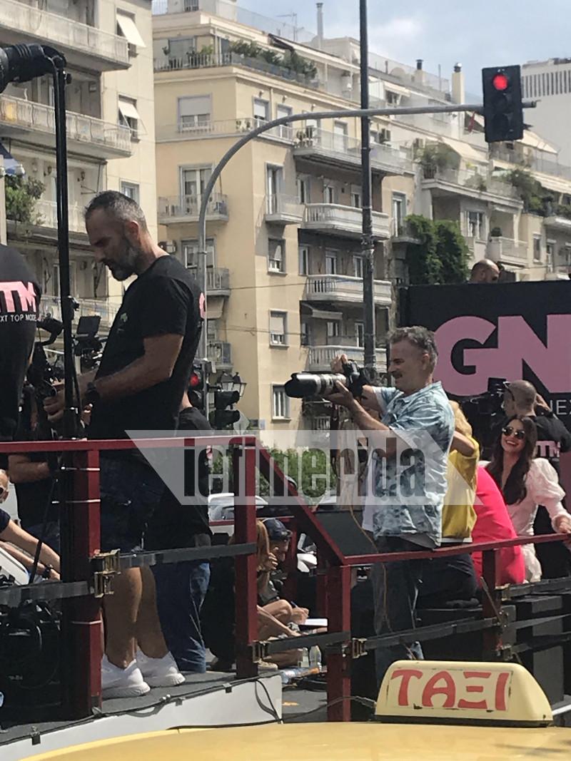Η Ηλιάνα Παπαγεωργίου φαίνεται να απολαμβάνει τη δοκιμασία του GNTM στο κέντρο της Αθήνας