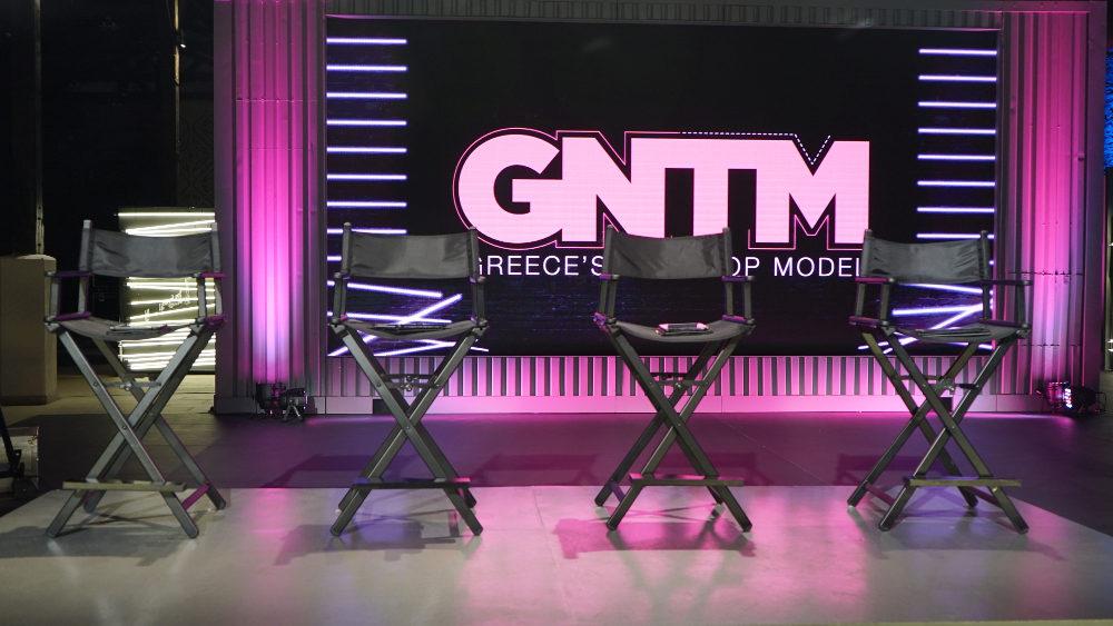 Οι κριτές παίρνουν θέση για να κάνουν την τελική επιλογή των κοριτσιών που θα μπουν στο σπίτι του GNTM