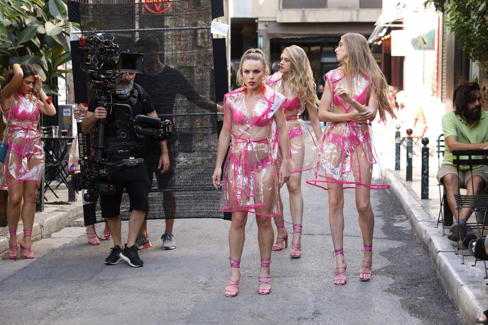 Με ροζ σανδάλια, μαγιό και σι-θρου παλτό τα κορίτσια του GNTM 2 βγαίνουν στο δρόμο