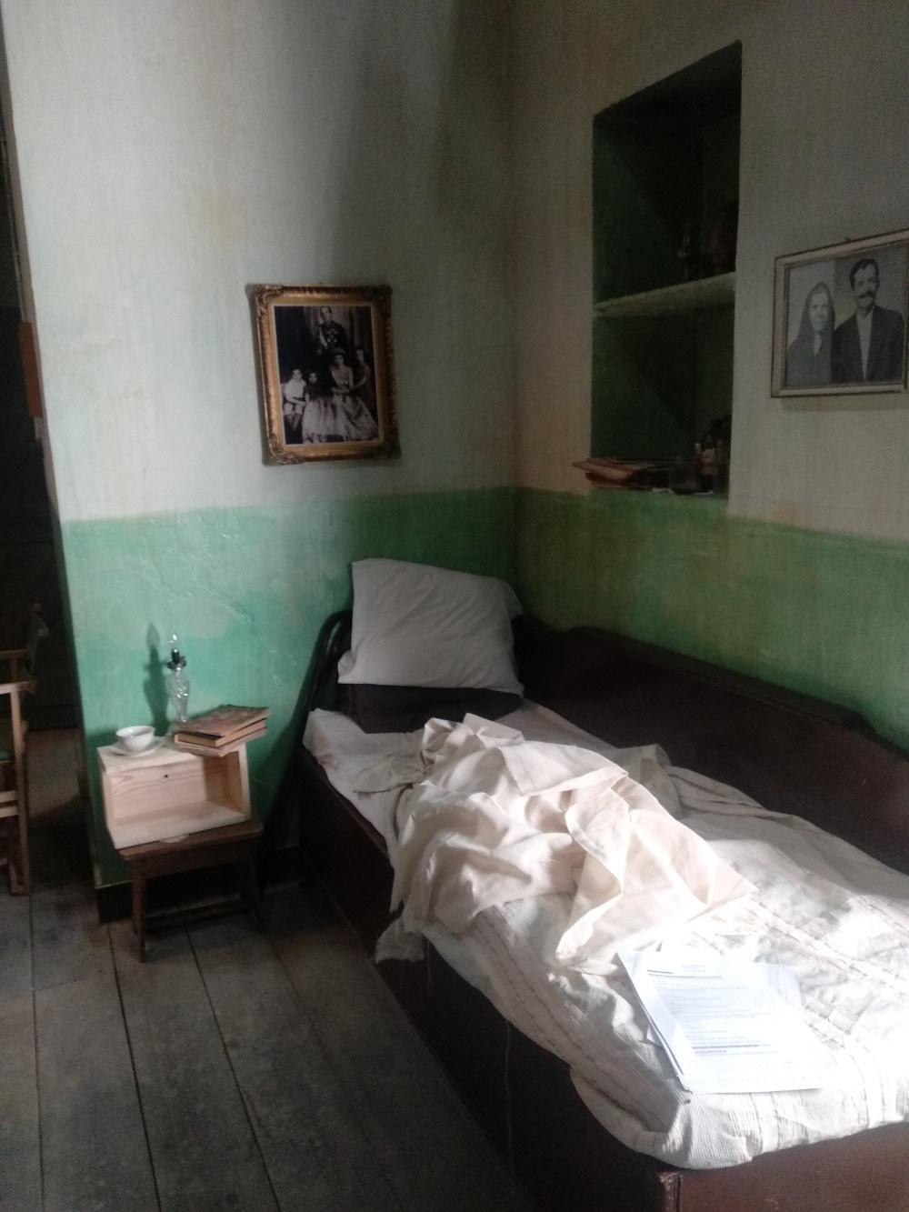 Το μπαουλοντίβανο όπου κοιμάται η μητέρα του Προύσαλη στη σειρά «'Αγριες Μέλισσες»