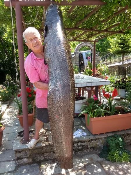 Με δυσκολία μπορεί να κρατήσει το ψάρι μόνος, ο Στέφανος Κρομμύδας
