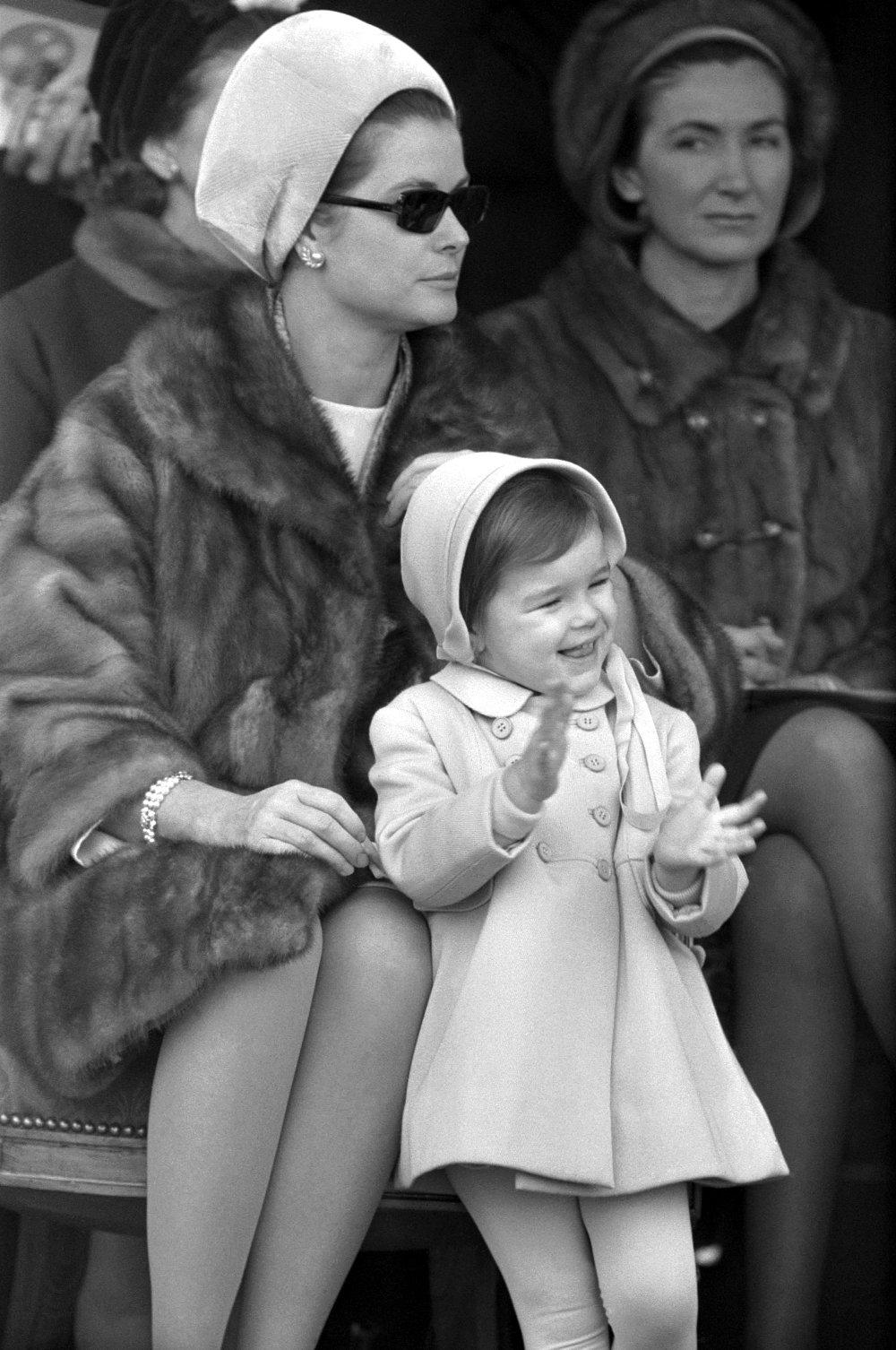 Η Γκρέις Κέλι με την μικρή της κόρη Στεφανί σε δημόσια εμφάνισή της στο Μονακό