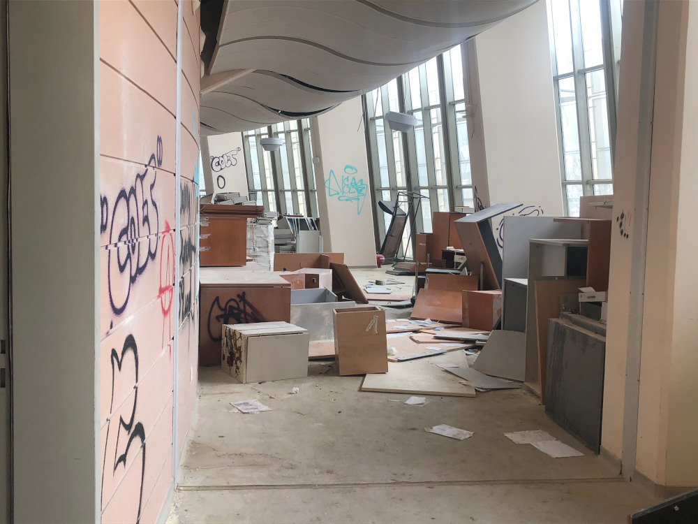 Τα πλαινά γραφεία κάτω από την εξέδρα