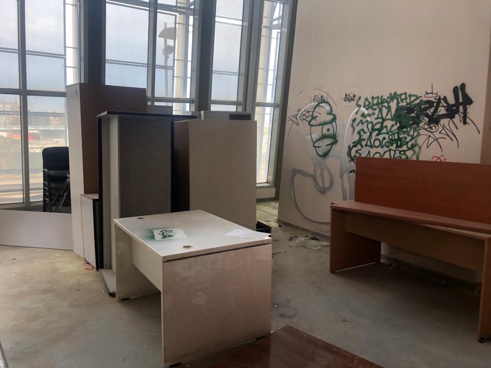 Γραφεία ανακατεμένα και βρωμιά παντού