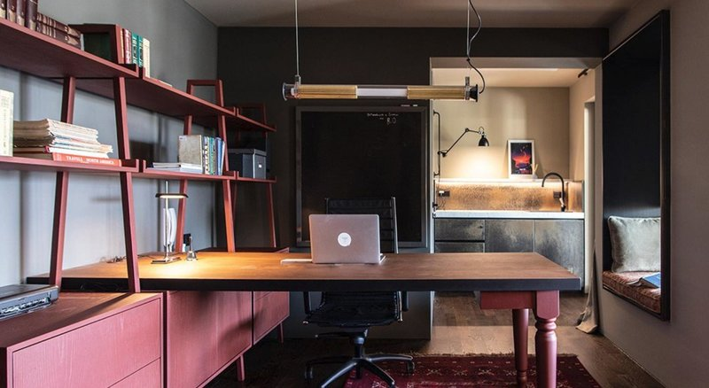 Ενα μεγάλο γραφείο με βιβλιοθήκη στην αριστερή πλευρά
