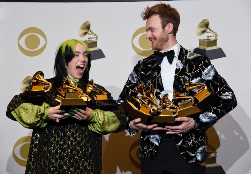 Η Billie Eilish με τον αδερφό της κουβαλούν τα βραβεία