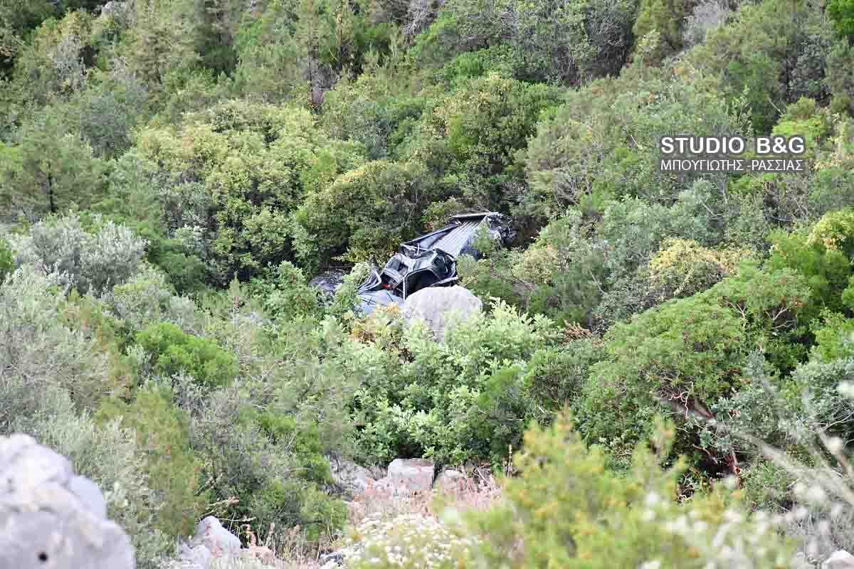 Το αυτοκίνητο που έπεσε στον γκρεμό