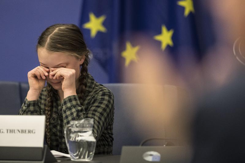 Η Γκρέτα Τούνμπεργκ σκουπίζει τα δάκρυά της