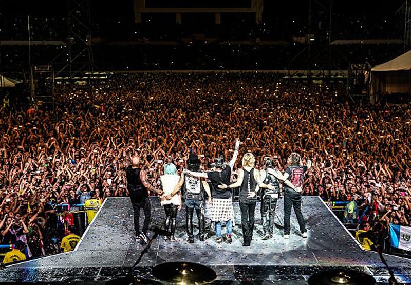 Χιλιάδες κόσμος πήγε να ακούσει το συγκρότημα