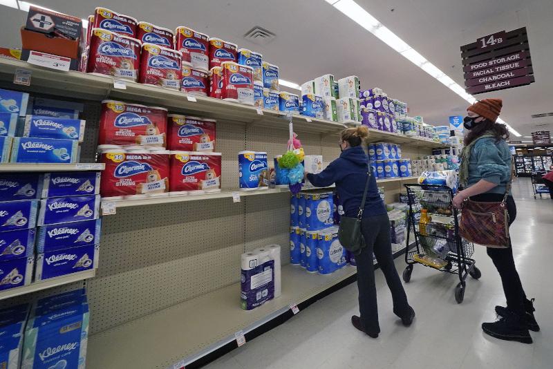 γυναίκες αγοράζουν χαρτί υγείας