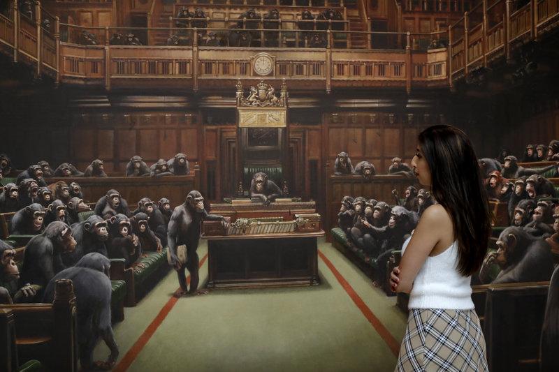 Γυναίκα μπροστά σε πίνακα του Banksy