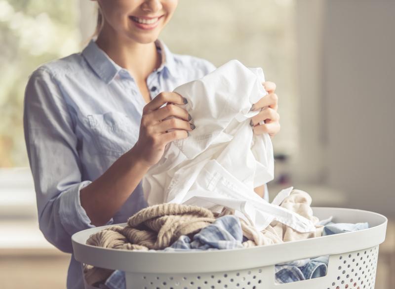 γυναίκα καλάθι με ρούχα