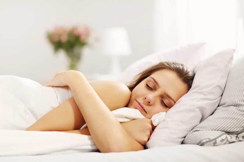 νεαρή γυναίκα κοιμάται