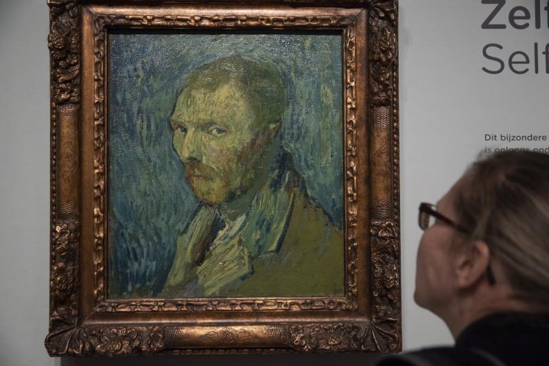 Μία γυναίκα κοιτά προσεκτικά τον πίνακα του Βαν Γκογκ