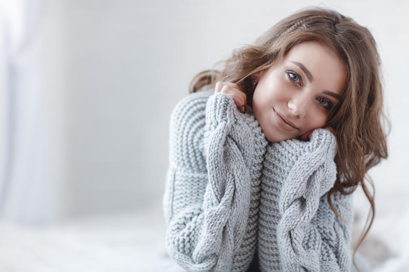 νεαρή γυναίκα με πουλόβερ