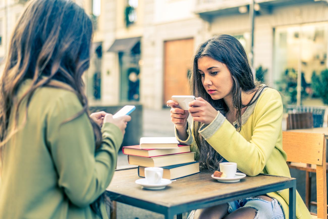 γυναίκες κοιτούν τα κινητά τους