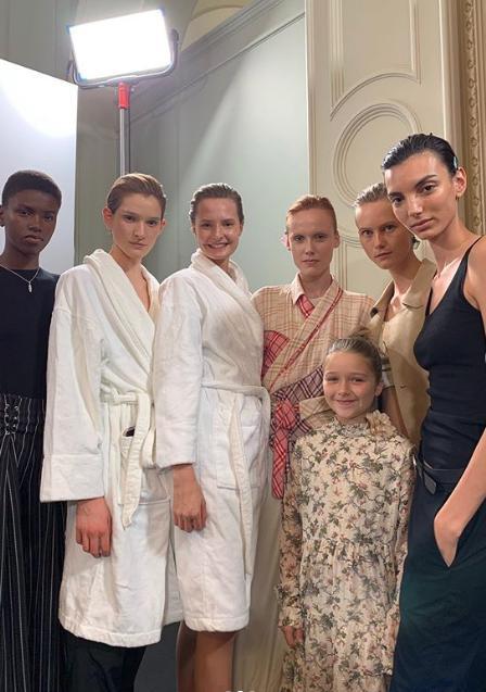 Η Χάρπερ Μπέκαμ έδειχνε ενθουσιασμένη με τα μοντέλα στα παρασκήνια της επίδειξης μόδας της μητέρας της