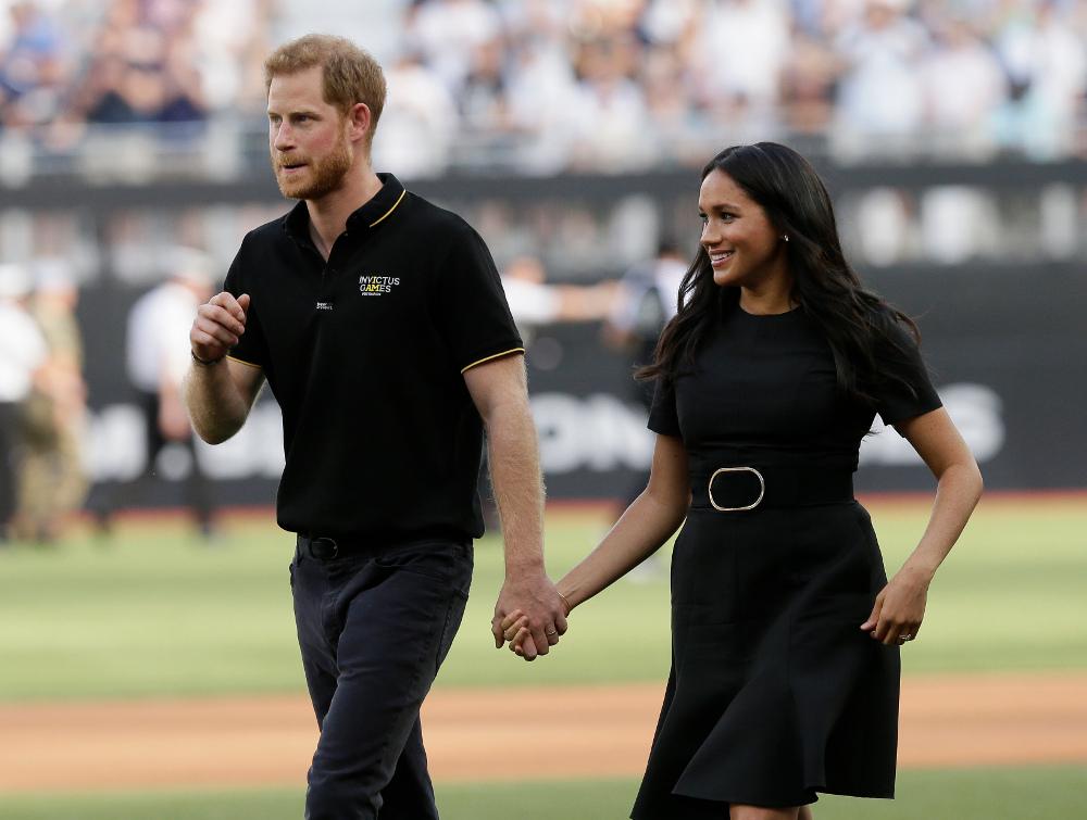 Μέγκαν Μαρκλ και πρίγκιπας Χάρι πιασμένοι χέρι -χέρι