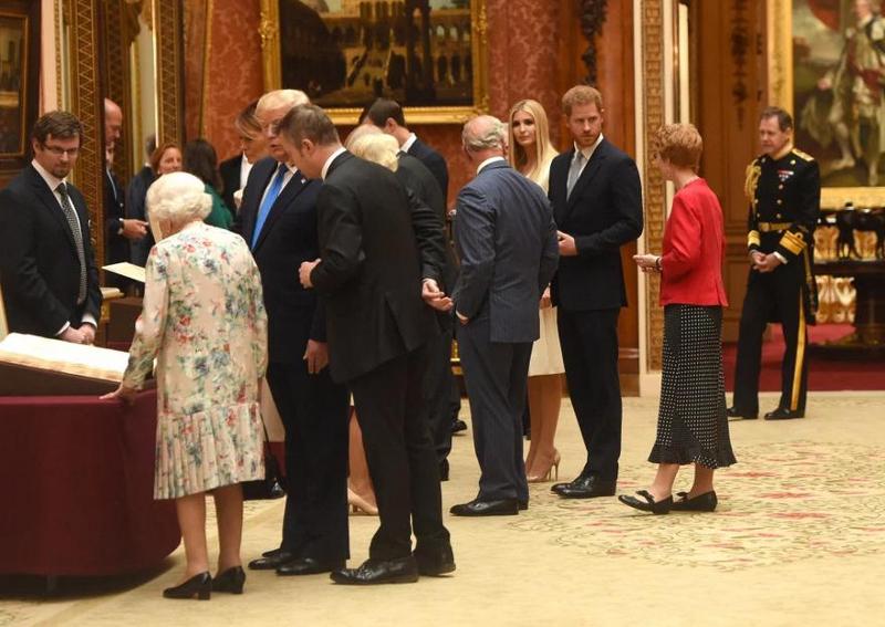 Ο πρίγκιπας Χάρι φρόντιζε να κρατά αποστάσεις από τον Ντόναλντ Τραμπ κατά την ξενάγησή του στην πιινακοθήκη των Ανακτόρων.