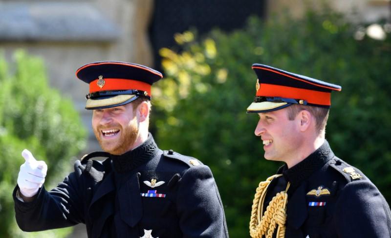 Χαμογελαστοί πρίγκιπας Χάρι και πρίγκιπας Γουίλιαμ, την ημέρα γάμου του πρώτου