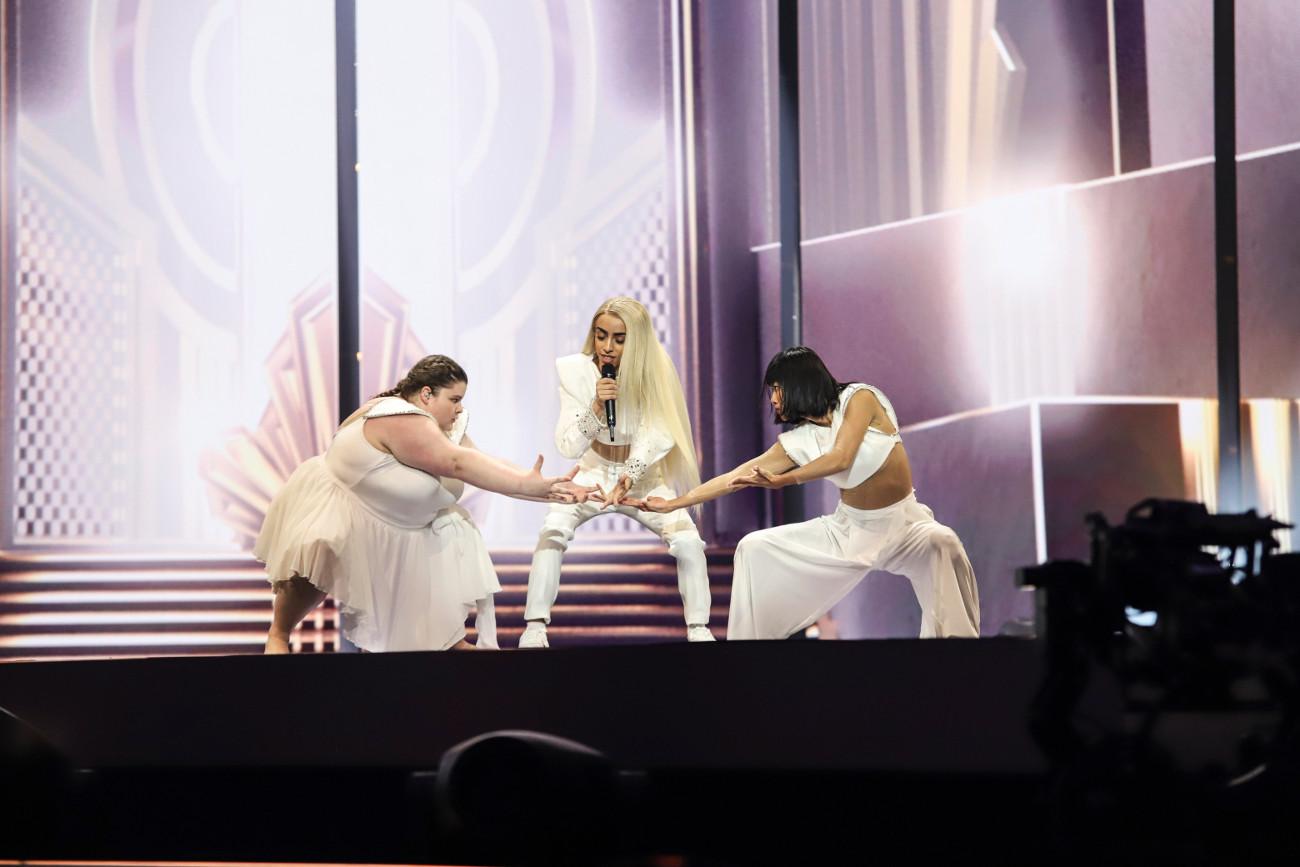 Από μουσουλμανική οικογένεια, ο Χασανί φέρνει στη Eurovision το μήνυμα της διαφορετικότητας που όπως δείχνουν τα στοιχήματα κερδίζει τους φανατικούς του διαγωνισμού
