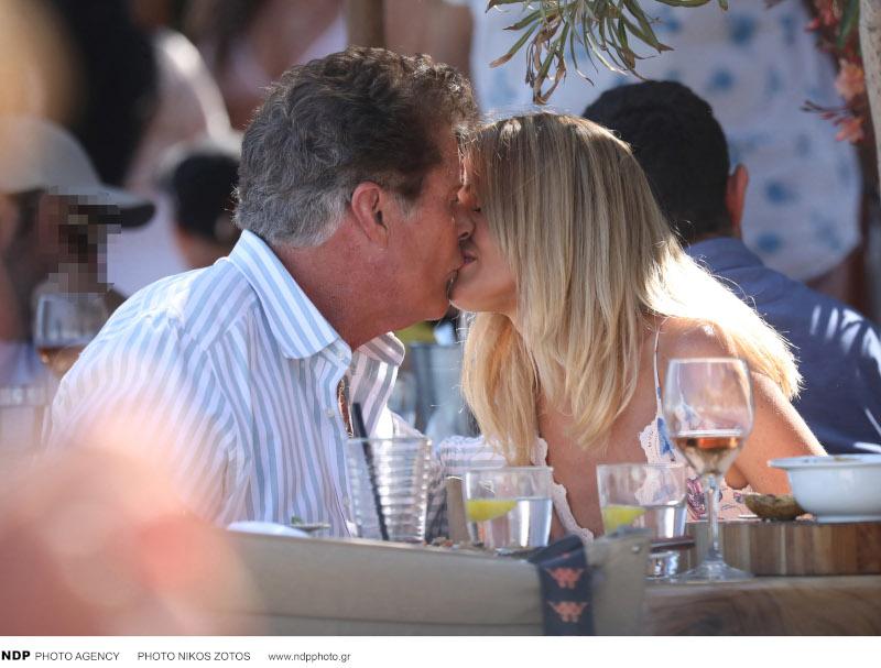 Το τρυφερό φιλί του Ντέιβιντ Χάσελχοφ με τη σύζυγό του / Φωτογραφία: NDP