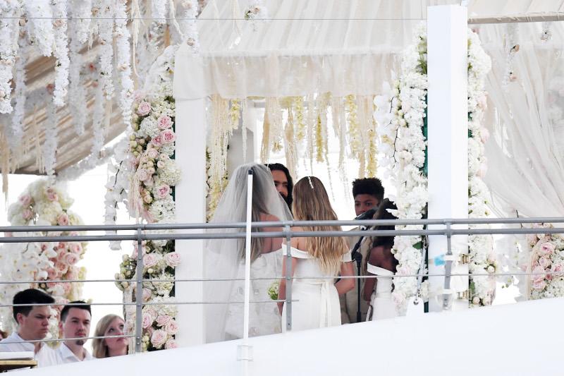 Η στιγμή που η Χάιντι Κλουμ παντρεύεται τον καλό της στο κατάστρωμα του γιο του Ωνάση