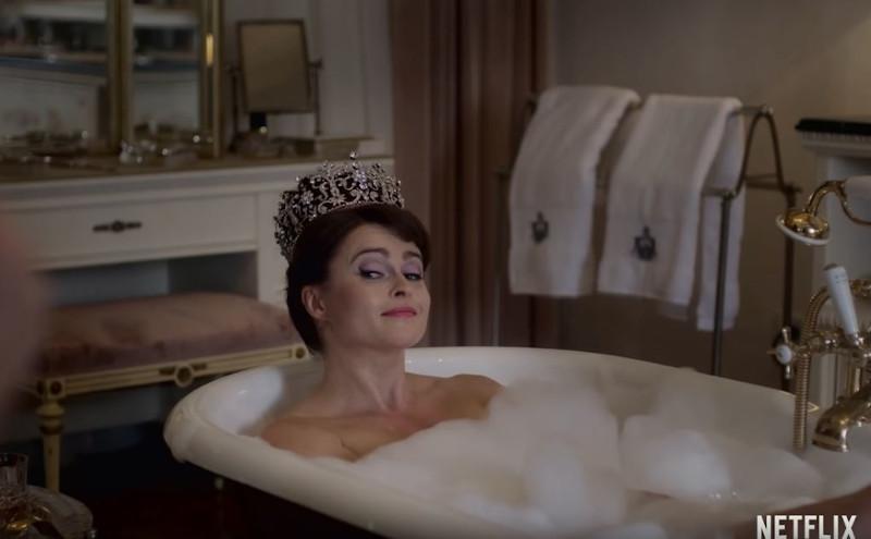 Η Έλενα Μπόναμ Κάρτερ ως πριγκίπισσα Μαργαρίτα σε μπανιέρα φορώντας το στέμμα της