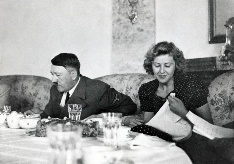 Αδόλφος Χίτλερ και Εύα Μπράουν σε τραπέζι