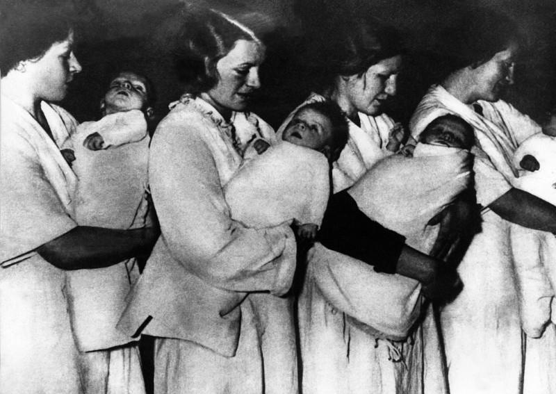Γερμανίδες μεταφέρουν παιδιά «καθαρούς Άριους» στο Lebensborn, κατά τη διάρκεια του Β' Παγκοσμίου Πολέμου