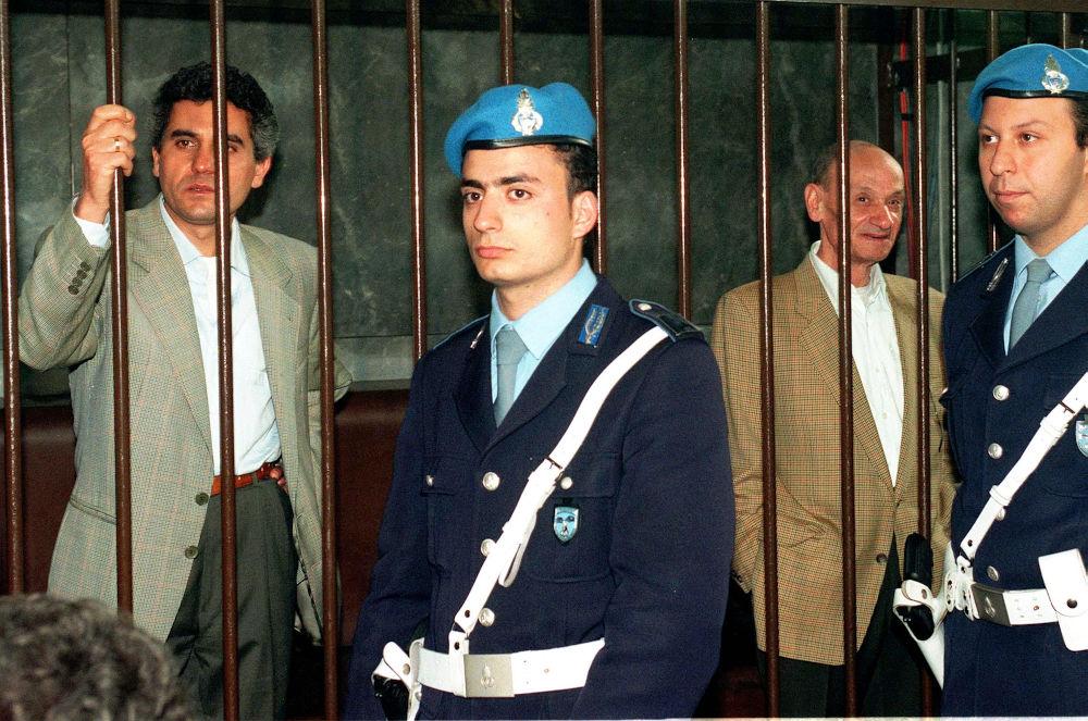 Αριστερά ο άνδρας που συνελήφθη ως εκτελεστής της δολοφονίας του Gucci το 1997