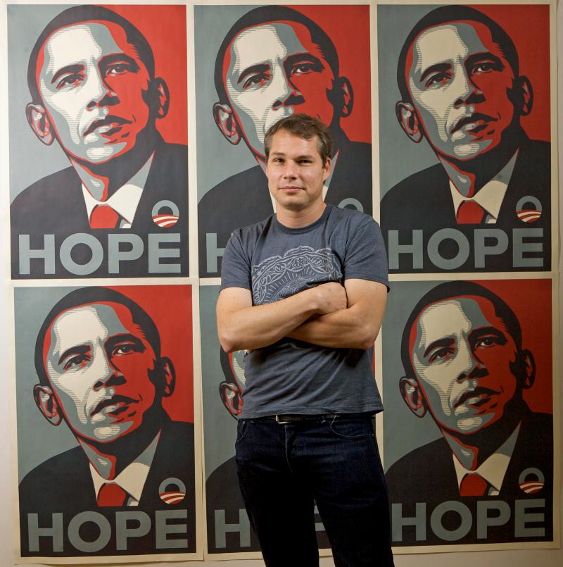καλλιτεχνης με αφίσα Ομπάμα