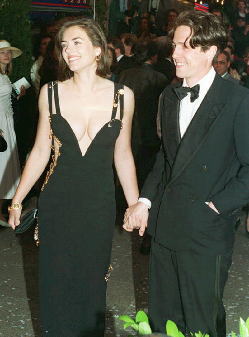 Το διάσημο μαύρο φόρεμα του οίκου Versace με το οποίο έγινε διάσημη η Ελίζαμπεθ Χάρλεϊ