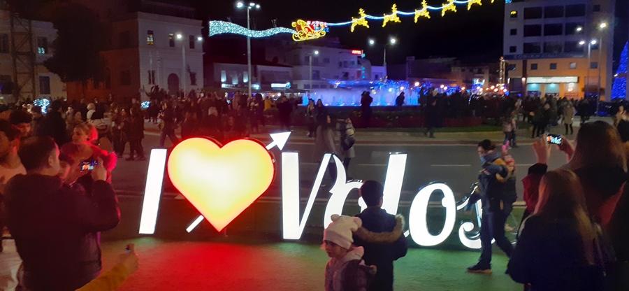 Ένα μεγάλο φωτεινό σώμα στην πλατεία αναγράφει «I Love Volos»