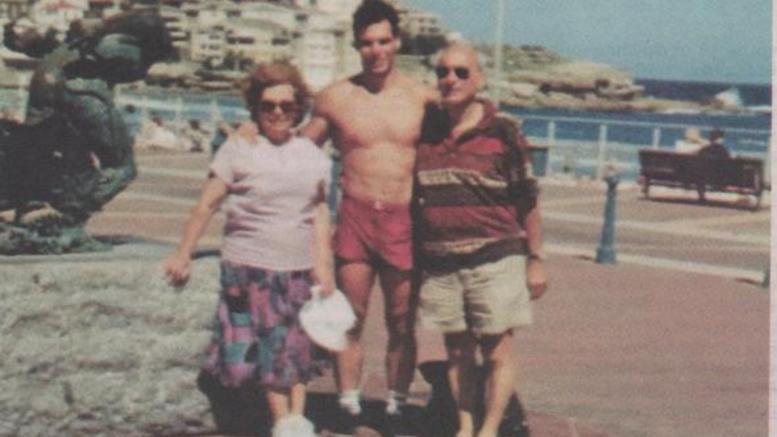 Ο Γιάνης Βαρουφάκης σε νεαρή ηλικία με τους γονείς του