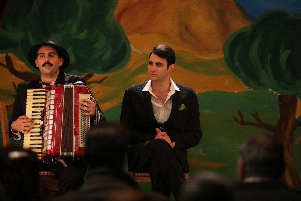 Ο Ίαν Στρατής υποδύεται έναν μποέμ καλλιτέχνη που λατρεύει το τραγούδι και ερμηνεύει για τους χωριανούς στο Διαφάνι τραγούδια του Αττίκ