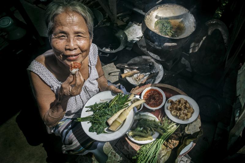 Γιαπωνέζα ηλικιωμένη τρώει